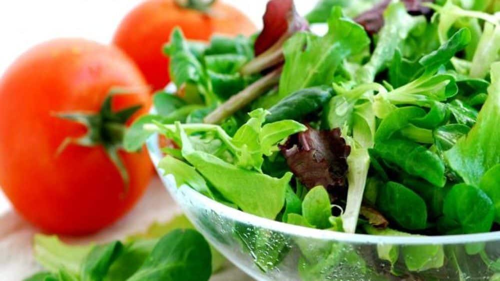 6-aliments-a-ne-pas-consommer-le-soir-salade-verte