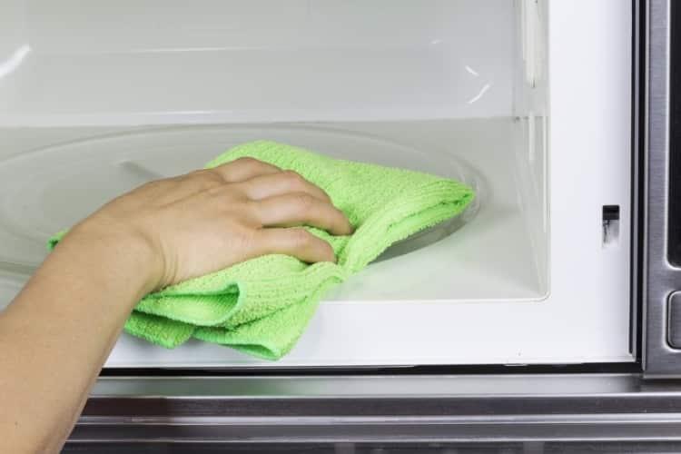6 tapes essentielles pour nettoyer rapidement et efficacement votre cuisine maison. Black Bedroom Furniture Sets. Home Design Ideas