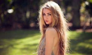 Source : http://img.wallpaperfolder.com/f/4F1F819C7473/girl-long-hair.jpg